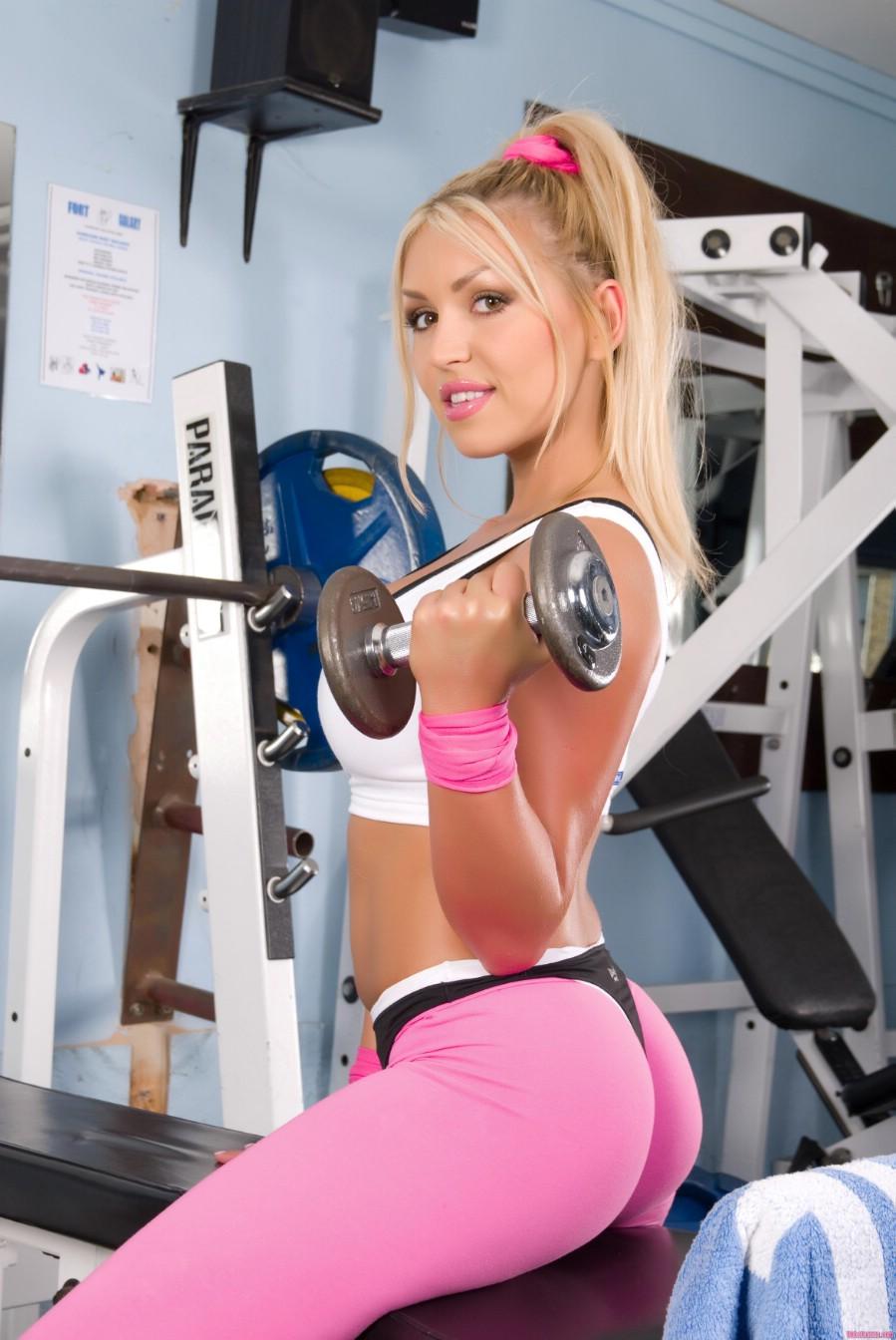 Телочка позирует в спортивной одежде 8 фотография