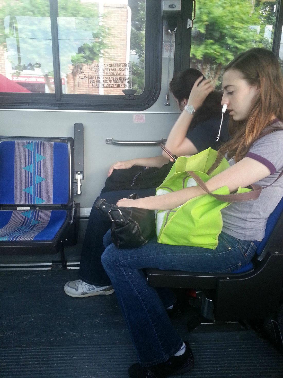 devki-v-transporte
