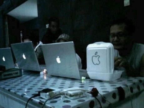Mac FAIL. .. Well at least his does something Mac fail lol the game troll