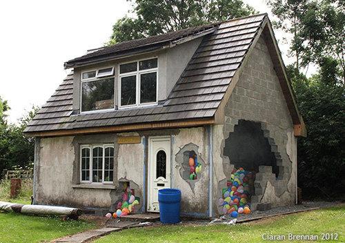 Optical illusion painted on a house. Optical illusion painted on a house. r. isml' tii.. Houses don't have windows. graffitti house balloons funny Optical Illusion ciaran brennan